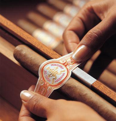 Zigarre bekommt Etikett